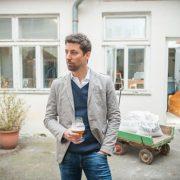 Raf Toté von Der Belgier Brewing vor seiner Brauerei, der Brauerei Bugelmüller