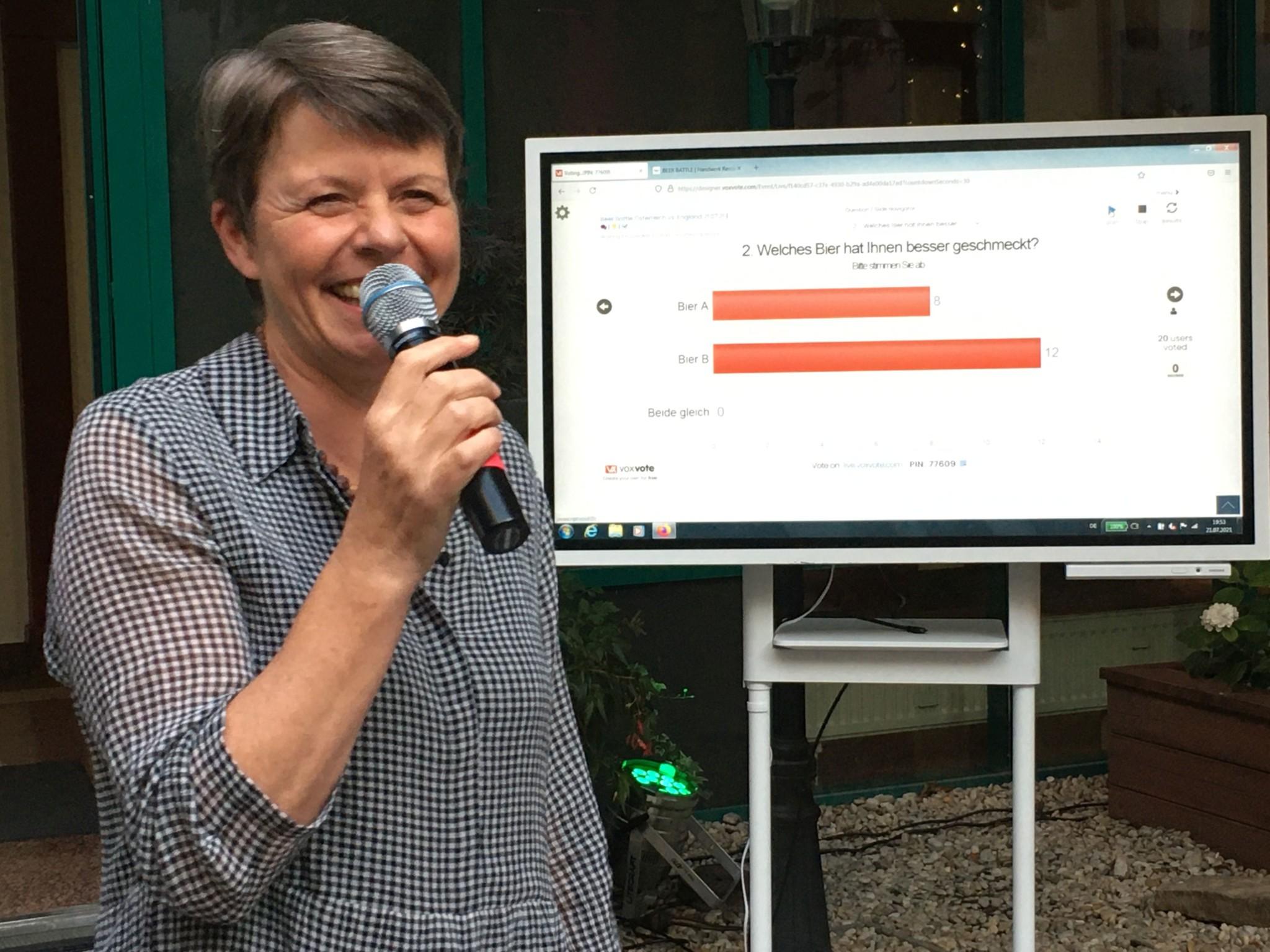 Birgit Rieber zeigt die Bewertung der Biere (Foto by Hermann Paschinger)