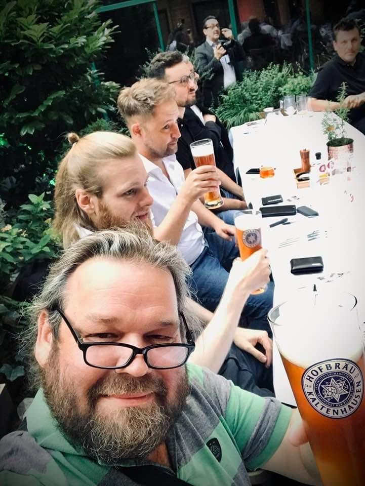 Illustre Runde beim Verkosten - ich bin der Blonde :D (Foto by Michael Morawec, vorne im Bild, gtours.at)